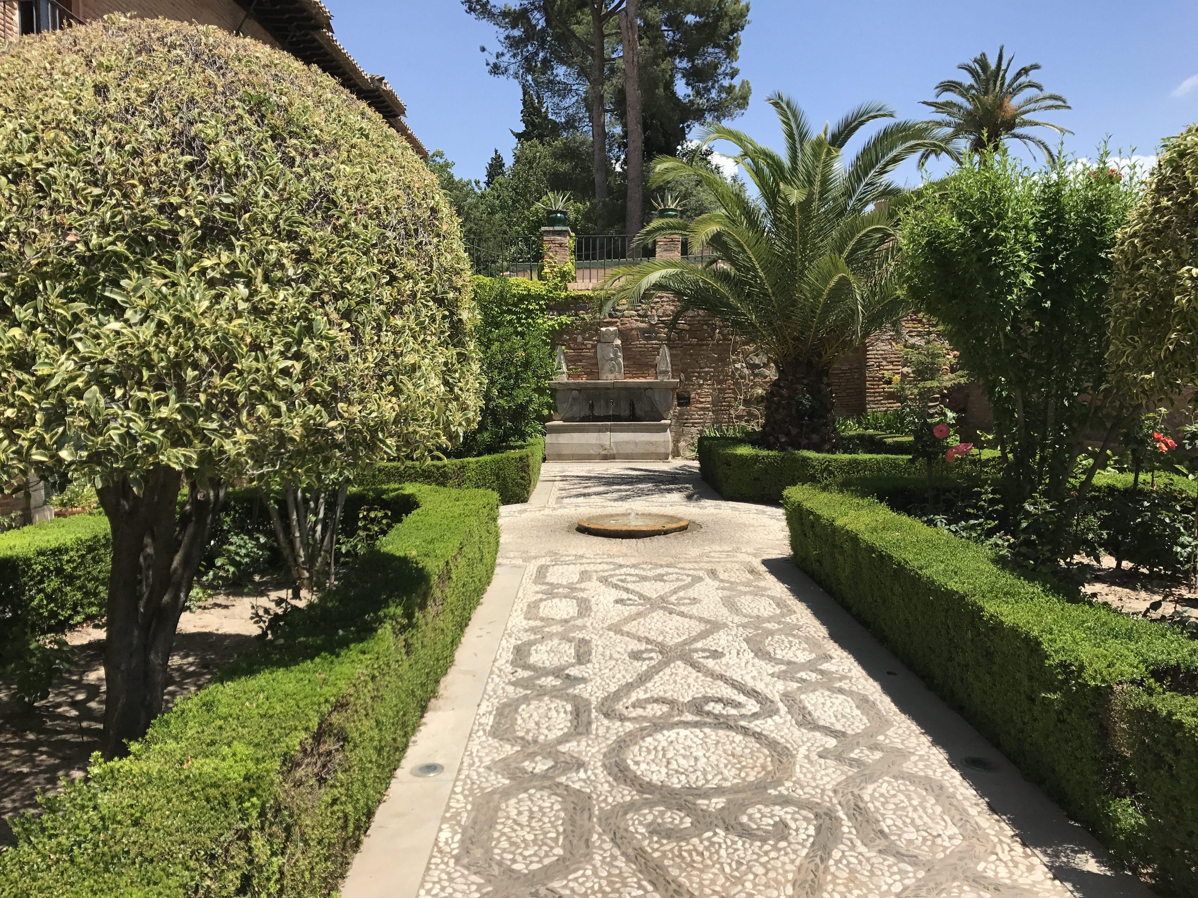 Granada - Alhambra - zelený koutek u hotelu Parador de Granada